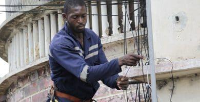 1200px Electrician 03 Cómo convertirse en electricista y el salario esperado