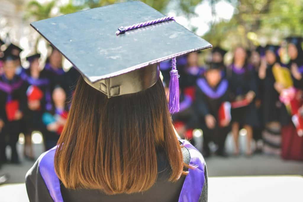 1619167264 Graduation ¿Es prudente regalarle a su hijo una tarjeta de crédito Discover Student?