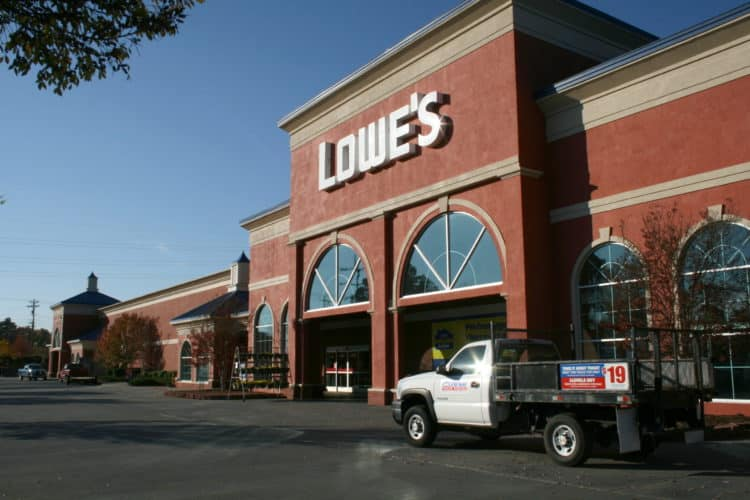 Lowes scaled e1578939002916 10 beneficios de tener una tarjeta de crédito Lowes