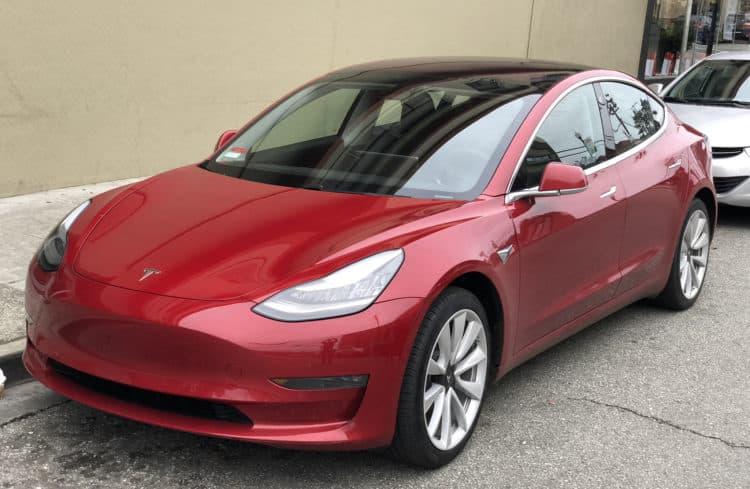 Tesla Model 3 parked front driver side e1557789127211 Los 20 autos más eficientes en combustible en 2019
