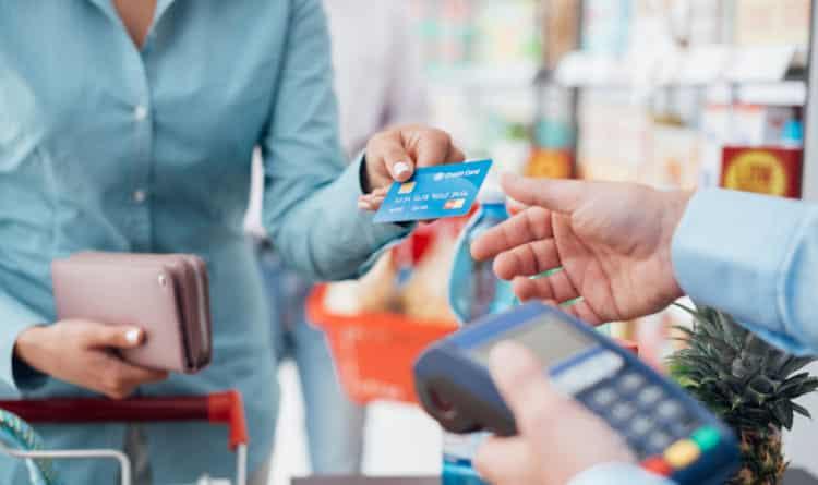 shutterstock 503419588 e1608207625178 ¿Qué sucede si el chip de su tarjeta de crédito no lee?