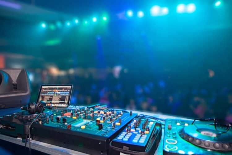 DJ setup equipment How to Become a DJ e1532963363989 .Los 20 DJ más ricos del mundo (Actualizado)