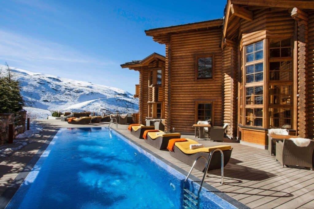 El Lodge Sierra Nevada Outdoor Pool 1200x800 Cinco de los hoteles de montaña más asombrosos del mundo