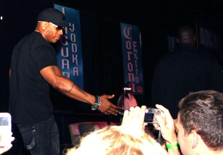 LL Cool J greets fans scaled e1580560685267 Cómo LL Cool J logró un patrimonio neto de $ 110 millones (actualizado para 2020)