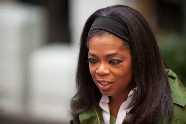 Oprah Winfrey in Stroget Denmark on 30 September 2009 scaled e1578421988427 El patrimonio neto de Oprah Winfrey es de $ 3.1 mil millones (actualizado para 2020)