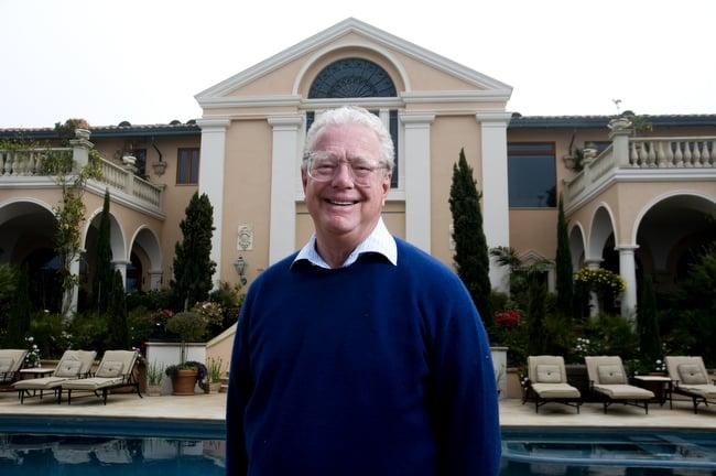 Bill Lerach se encuentra frente a su mansión en La Jolla.