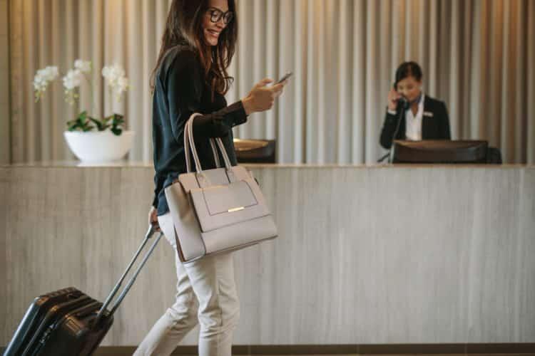 shutterstock 1064463758 scaled e1591963115636 Airbnb frente a un hotel: ¿cuál es mejor?
