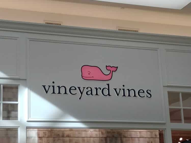 shutterstock 1596709888 e1610367216340 La historia detrás del logotipo de Vineyard Vines: vineyard vines historia.