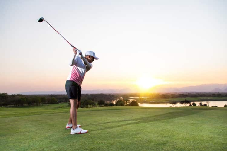 Jugar una ronda de golf