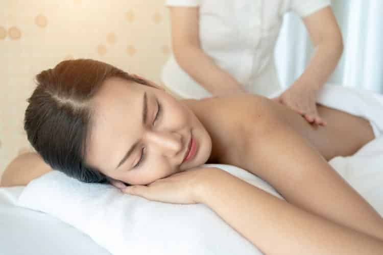 Recibe un masaje en un spa