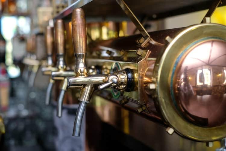 Bebe una cerveza o dos en Mountain Tap Brewery