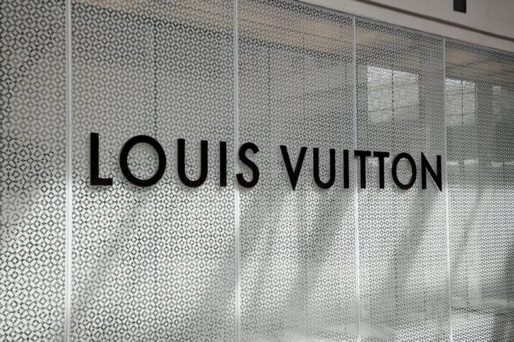 shutterstock 542887057 e1614018073758 ¿Quién es el dueño de Louis Vuitton?