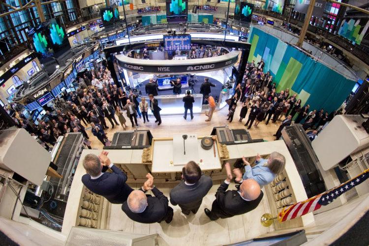 Stock Market scaled e1579290689353 Las 20 acciones de dividendos más seguras para comprar en 2020