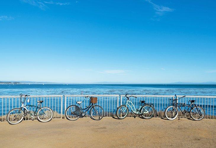 Bicicletas en el malecón de la playa de Santa Cruz