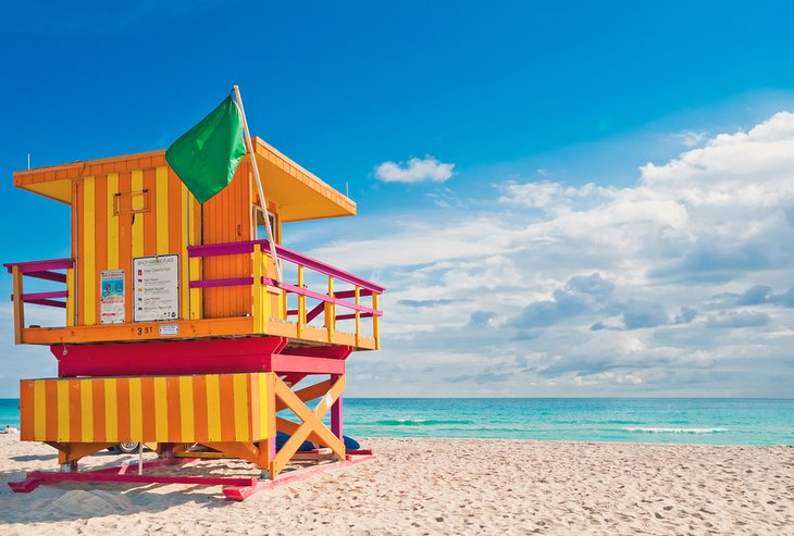 Torre de salvavidas colorida en South Beach