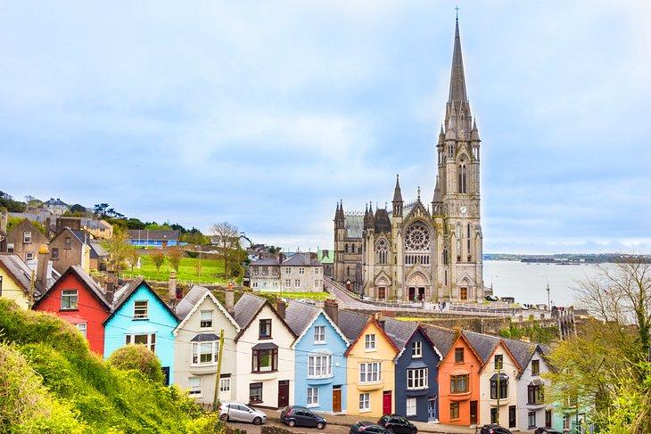 Casas coloridas frente a la catedral de Cobh