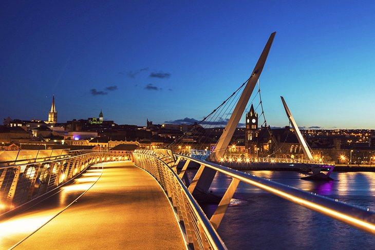El Puente de la Paz de noche