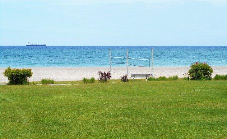 Playa junto al lago