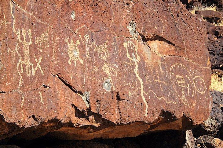 Antiguo arte rupestre nativo americano a lo largo del sendero Rinconada