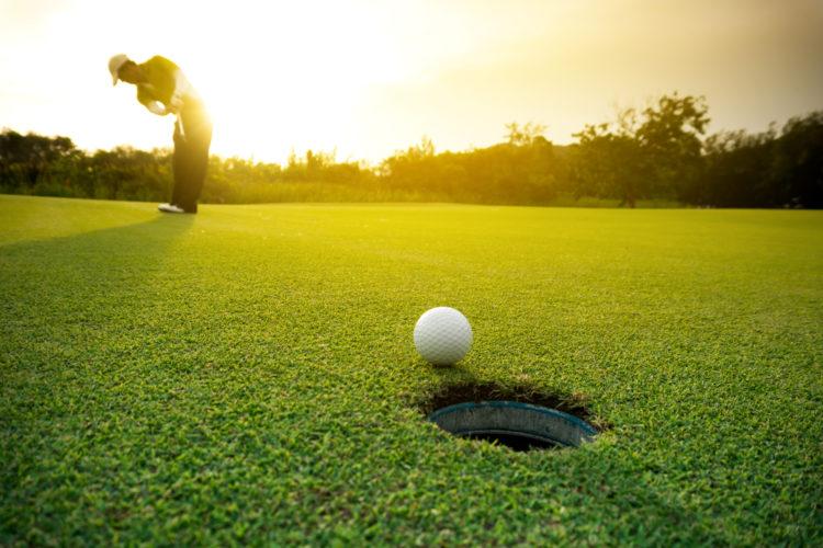 Juegue una ronda de golf en el campo de golf Catalina Island