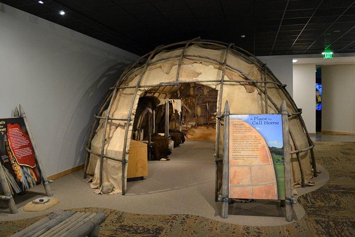 Un domicilio abovedado en exhibición en el centro de visitantes del Parque Estatal Good Earth
