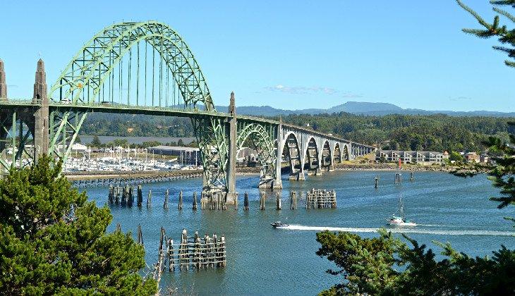 Puente de la bahía de Yaquina en Newport