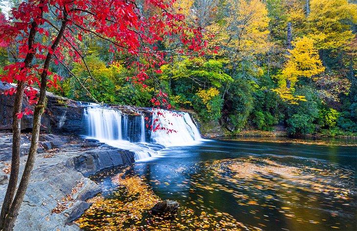 Hooker Falls cerca de Asheville con colores de otoño