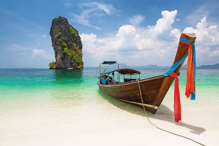 Barco de cola larga tailandés en la playa