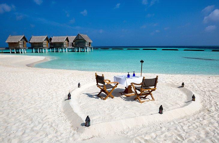 Cena romántica en la playa en las Maldivas