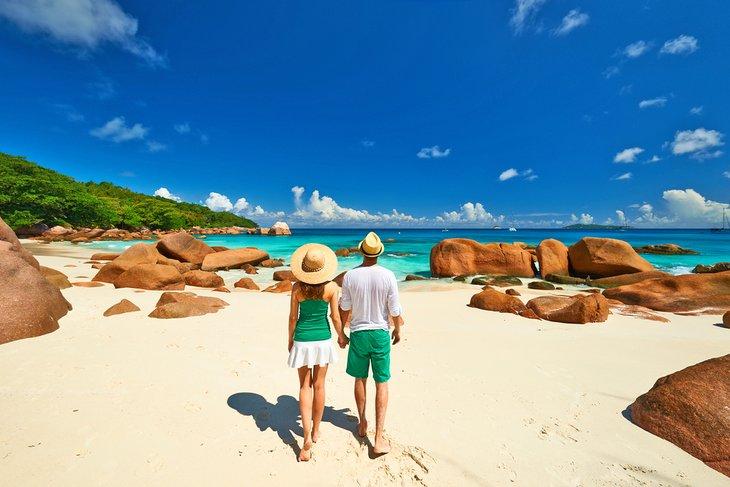 Un romántico paseo por una hermosa playa en las Seychelles