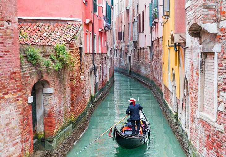 Paseo en góndola por un canal de Venecia