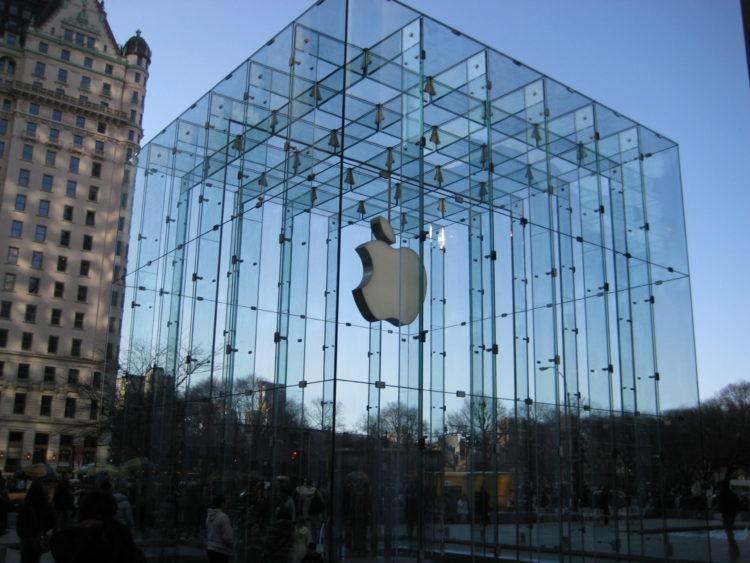 Apple Store scaled e1580735584694 10 acciones similares a las de Apple pero más baratas