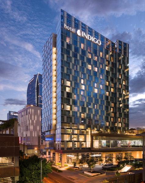 Exterior Night Hero Shot 10 razones por las que Hotel Indigo debería ser su plataforma de lanzamiento en el centro de Los Ángeles