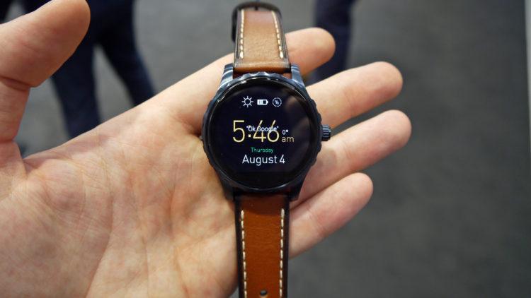 Reloj inteligente con pantalla táctil de cuero Fossil Q Wander