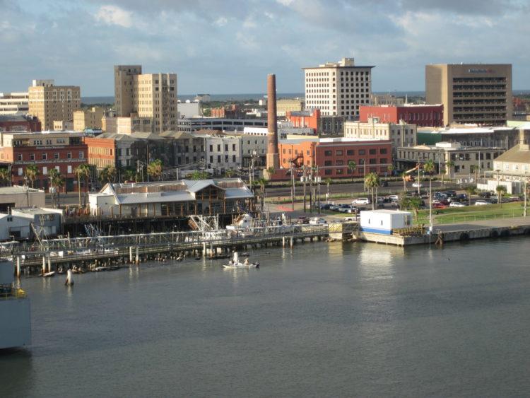 Galveston Texas Skyline From The Carnival Ecstasy scaled e1582222886679 Las 20 mejores cosas que hacer en Galveston para principiantes