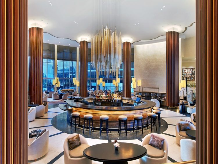 Nobu Eden Roc Lobby Lounge Wide Shot Day Time 10 razones por las que Eden Roc Miami Beach es el hotel perfecto para combinar trabajo y diversión