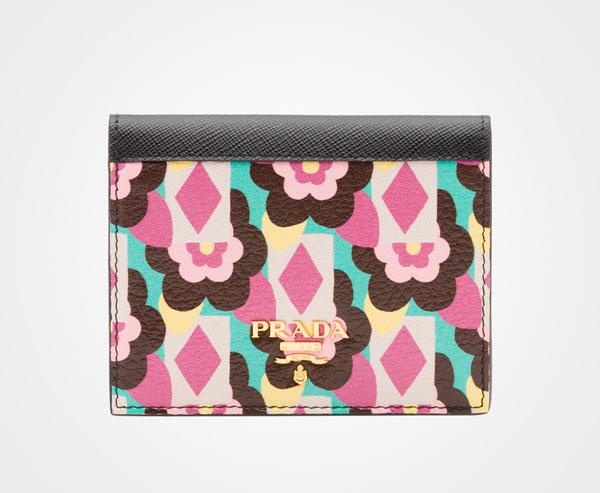 Prada Begonia pink and black Las carteras de Prada más caras que puedes comprar ahora mismo