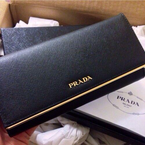 Prada Leather snap wallet Las carteras de Prada más caras que puedes comprar ahora mismo