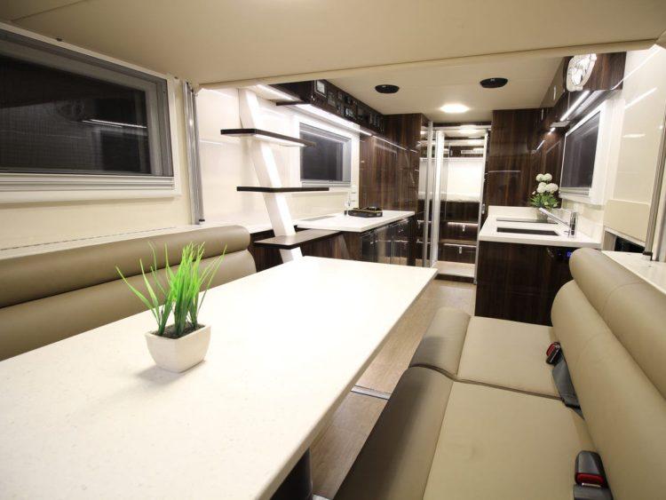 Interior del SLRV Commander 8x8 Camper