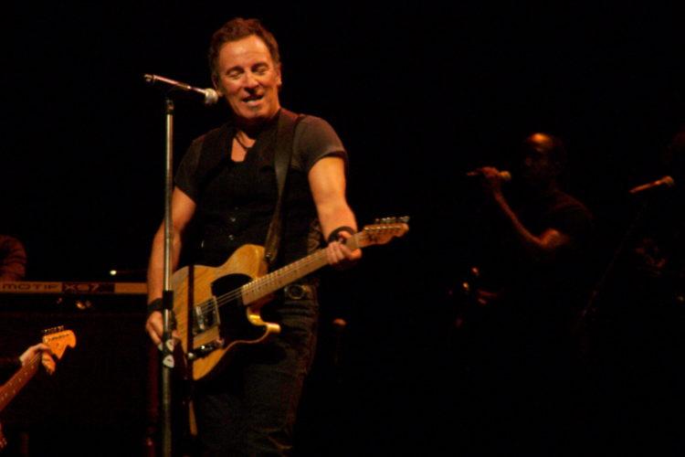 Springsteen with Telecaster scaled e1581881035977 Cómo Bruce Springsteen logró un patrimonio neto de $ 500 millones
