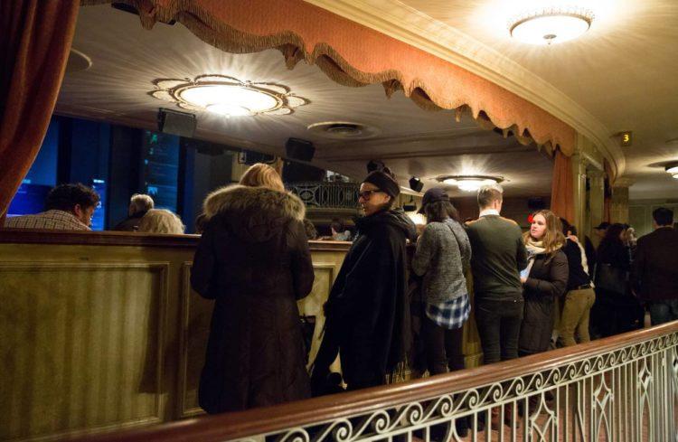 Standing at the broadway 10 consejos para conseguir asientos increíbles en espectáculos de Broadway por menos dinero