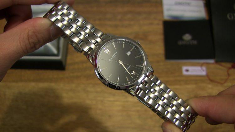 El reloj minimalista delgado de acero inoxidable negro con tres manecillas