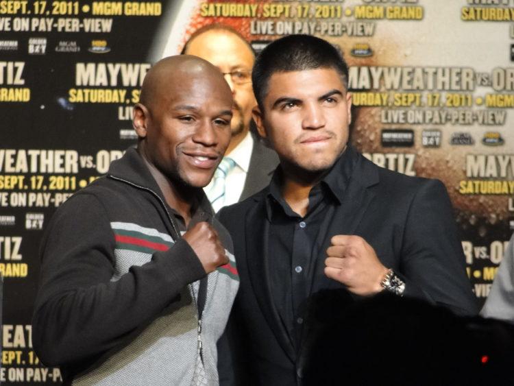 Victor Ortiz and Floyd Mayweather Jr. 3 scaled e1579780302582 Valor neto de Floyd Mayweather $ 560 millones (actualizado para 2020)