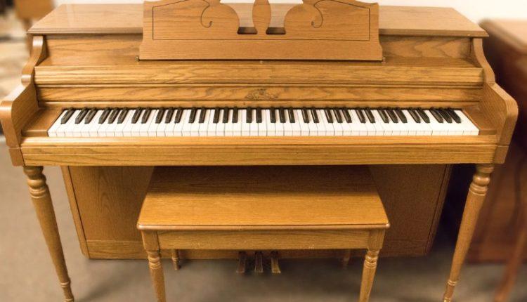 Piano de espineta de roble claro Wurlitzer
