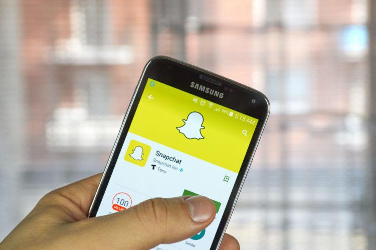 shutterstock 395057875 scaled e1580845974485 10 acciones a considerar si te gusta usar Snapchat