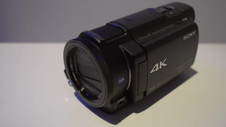 sonyax33holdingstill Las cinco mejores videocámaras 4K del mercado actual